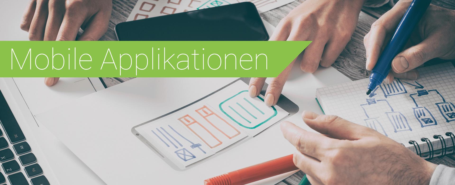 Team zeichnet Entwürfe für mobile Applikationen