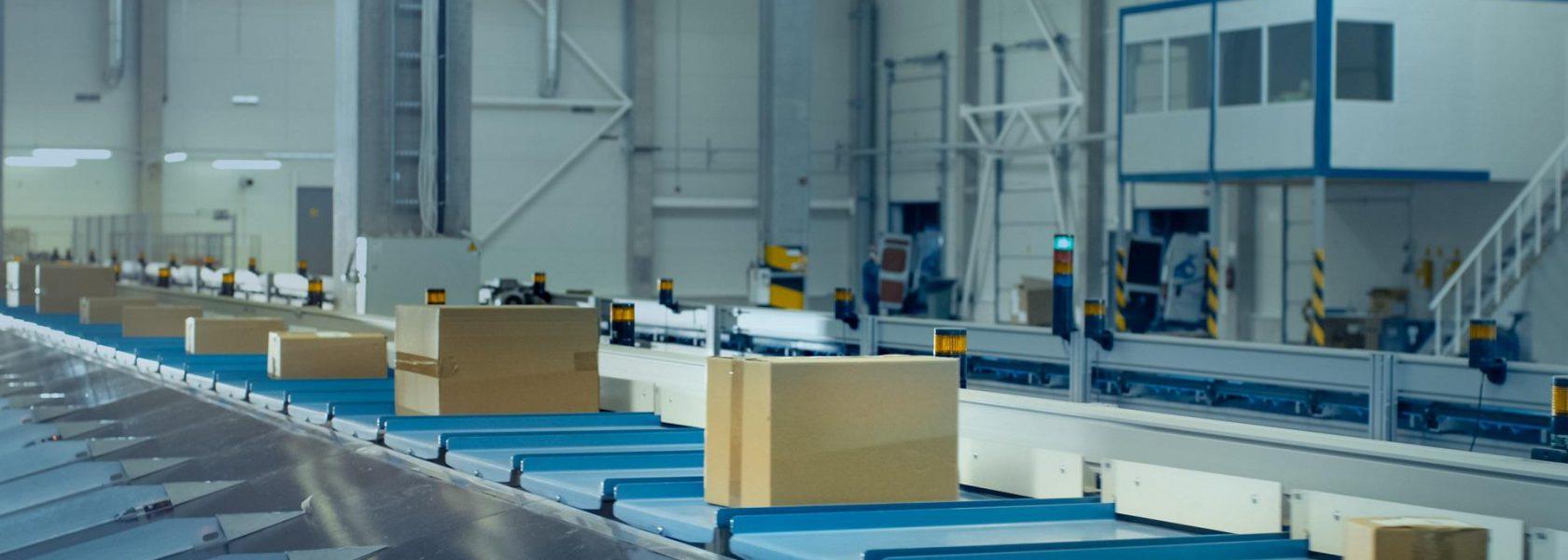 Sorter: Kartons werden auf Förderband bewegt